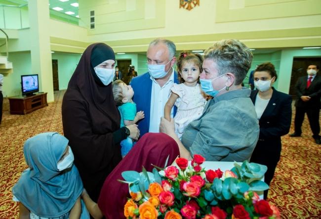 YPG/PKK tarafından Suriye'nin kuzeyindeki Hol Kampı'nda zorla tutulan Moldova vatandaşı Natalia Barkal ve 4 çocuğu, MİT Başkanlığının operasyonuyla kurtarılmıştı.