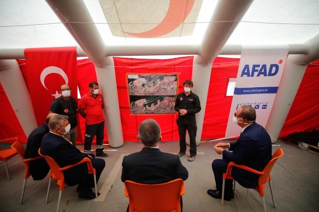 Cumhurbaşkanı Yardımcısı Oktay ve Dışişleri Bakanı Çavuşoğlu, AFAD Başkanı Mehmet Güllüoğlu'ndan çalışmalar hakkında bilgi aldı. / Fotoğraf: AA