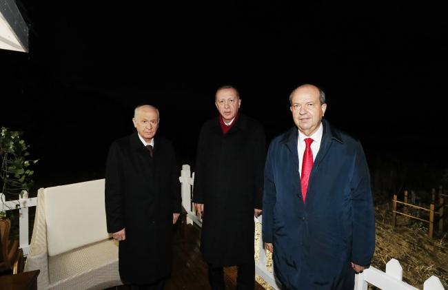 Cumhurbaşkanı Recep Tayyip Erdoğan, KKTC Cumhurbaşkanı Ersin Tatar ve MHP Genel Başkanı Devlet Başkanı KKTC'de 46 yıldır kapalı tutulan, alınan kararla kademeli olarak açılmaya başlanan Maraş bölgesini ziyaret etti.