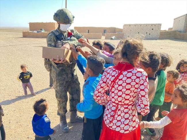 Mehmetçik'ten Barış Pınarı bölgesindeki ihtiyaç sahiplerine yardım