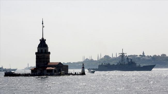 İstanbul Boğazı'ndan geçen bir savaş gemisi. Fotoğraf: AA