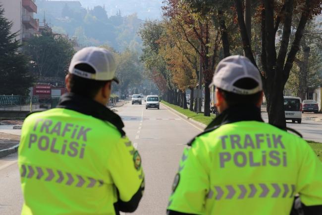 Bursa'da polis ekiplerince trafikte sigara yasağına ilişkin dumansız araçlar uygulamasında sürücülerin sigara yasağına uyup uymadıkları denetlendi. Fotoğraf: AA