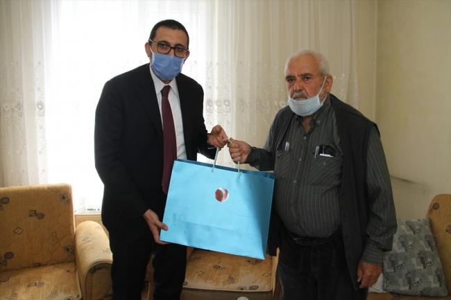 erdogan hediye Cumhurbaşkanı Erdoğan'dan cuma namazı için stada giremeyen dedeye seccade hediyesi 2