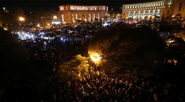 Ermenistan'da halk parlamentoyu bastı, Paşinyan'ın odasına girdi