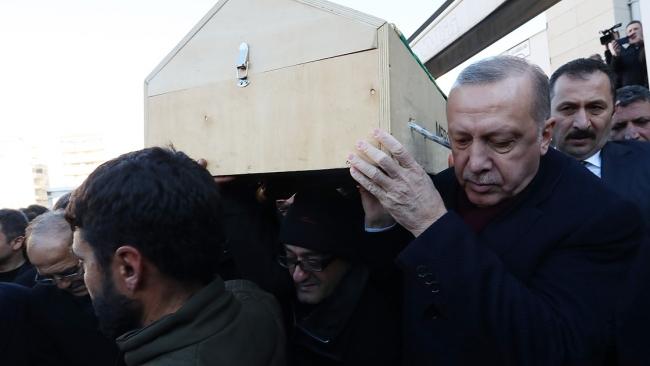 Erdoğan, konuşmasının sonunda vefat eden tüm vatandaşlara Allah'tan rahmet dileyerek, ruhlarına Fatiha okunmasını istedi. Cumhurbaşkanı Erdoğan, daha sonra, beraberindekilerle tabuta omuz verdi.