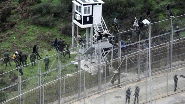 Septe'ye (Avrupa) çitin üzerinden atlamaya çalışan düzensiz göçmenler.