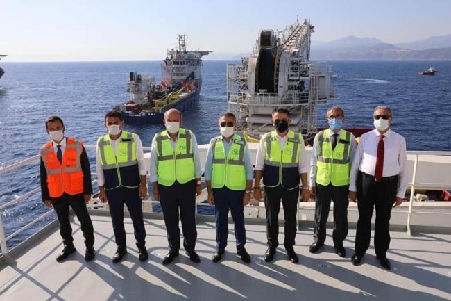 KKTC Su Temin Projesi onarım çalışmalarının yürütüldüğü gemide inceleme yapan Türk heyeti. Fotoğraf: DSİ