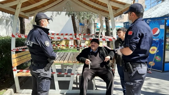 Uyarıları dikkate almayıp evden çıkan yaşlılar polislerce de uyarılıyor. Foto: DHA