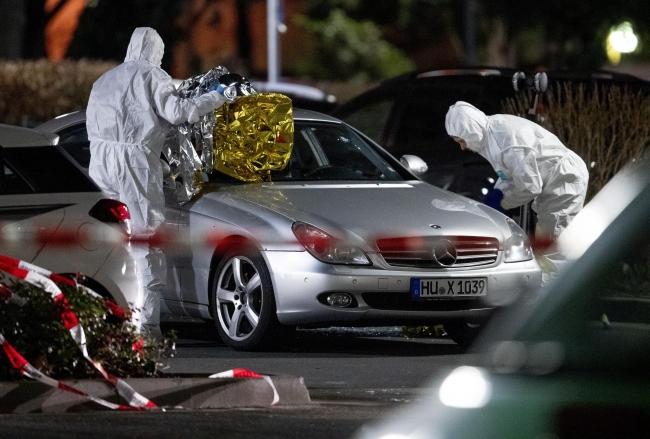 Hanau'daki saldırının gerçekleştiği yerde olay yeri inceleme ekipleri çalışırken. (Fotoğraf: AP)