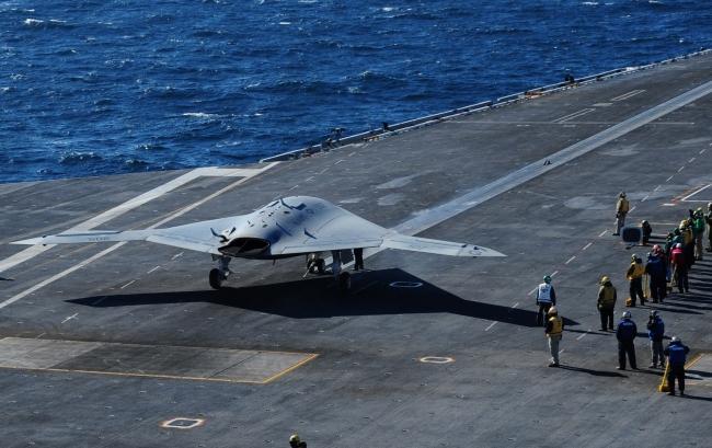 ABD'ye ait uçak gemisinden kalkış yapmaya hazırlanan İnsansız Muharip Hava Aracı.