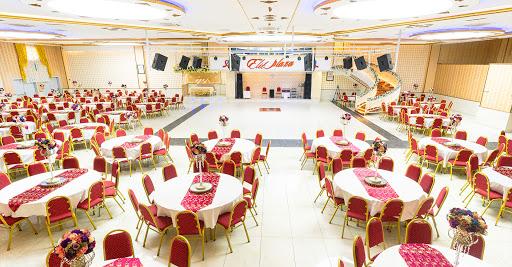 Düğün salonları yüzlerce kişinin çok yakın aralıklarla oturabildiği yerlerden biri.