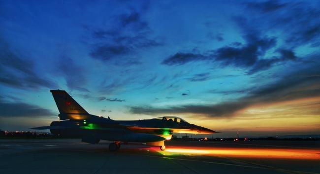 Savaş uçaklarının bakımından sorumlu personel, uçuşların sıkıntısız olmasında önemli görevler üstleniyor.