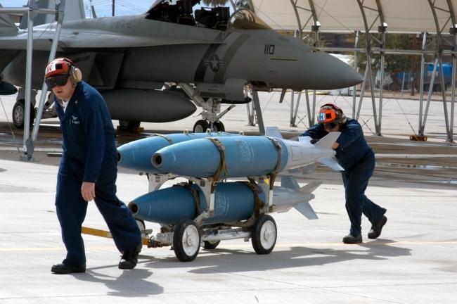 SARB-83, karakteristik olarak fotoğrafta görünen MK-83 bombalarına benziyor. Foto: U.S. Navy