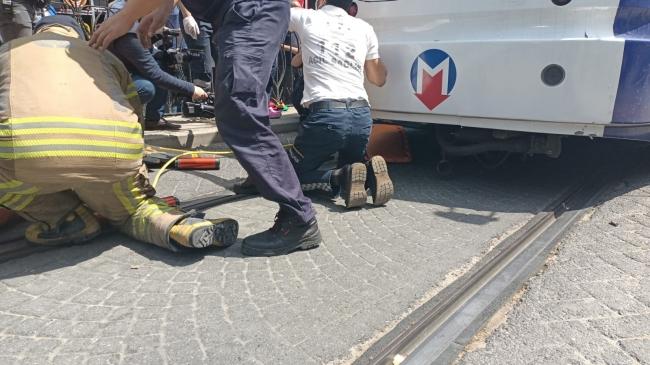 Fatih'te tramvayın çarptığı yaya yaralandı
