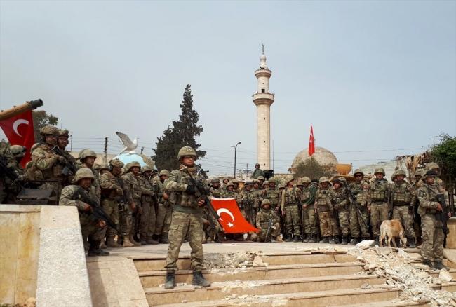 Afrin Şehir Merkezi'ni teröristlerden temizleyen Mehmetçik, hilal oluşturarak zafer pozu verdi.
