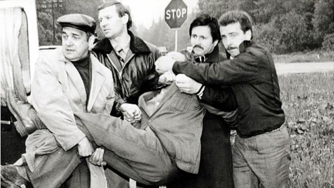 Georgievich Tolkachev, CIA'ya casusluk yaptığının anlaşılmasının ardından Sovyet güçlerince yakalandığı an.