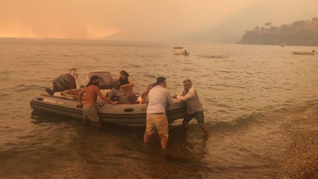 Mazı Köyü'nde alevler evlere sıçradı: Mahalleli denizden tahliye edildi