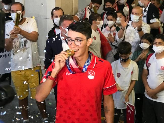 Olimpiyat şampiyonu Mete Gazoz Türkiye'de