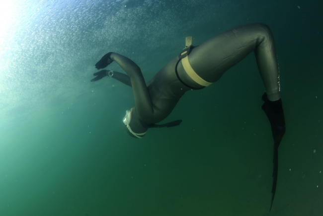 Milli sporcu Erken'den 'Kadınlar Günü' dalışı