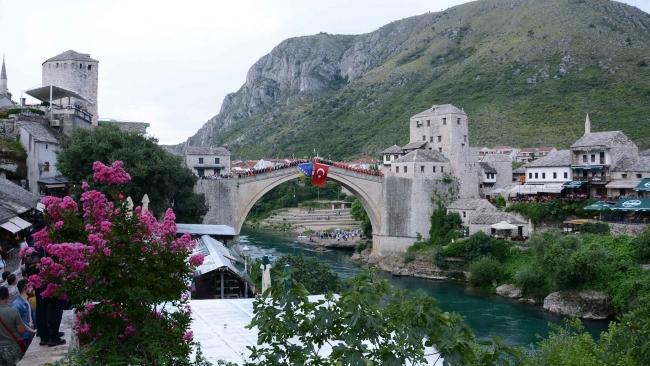 Savaş sırasında yıkılan tarihi Mostar Köprüsü, Türkiye'nin desteğiyle yaniden inşa edilmişti. Fotoğraf: AA