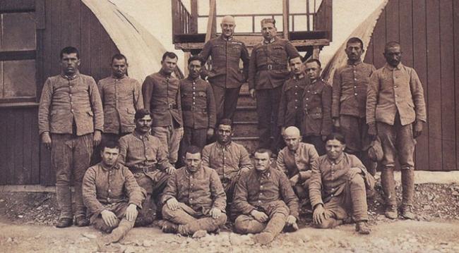 Mustafa Ertuğrul, topçu bataryasının askerleri ve Paris II esirlerinin bir bölümü