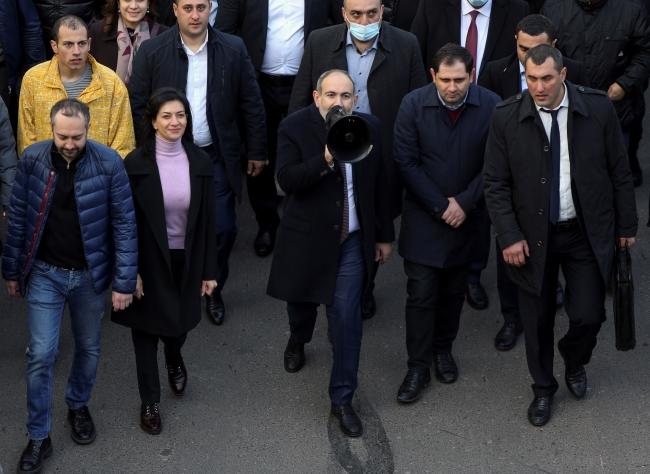 Ermenistan Başbakanı Nikol Paşinyan ve destekçileri başkent Erivan'da miting için yürürken… Fotoğraf: Reuters