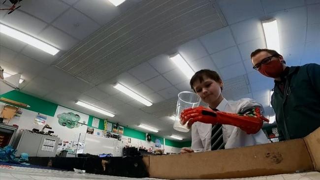 Öğrencisine üç boyutlu yazıcı ile biyonik kol üretti