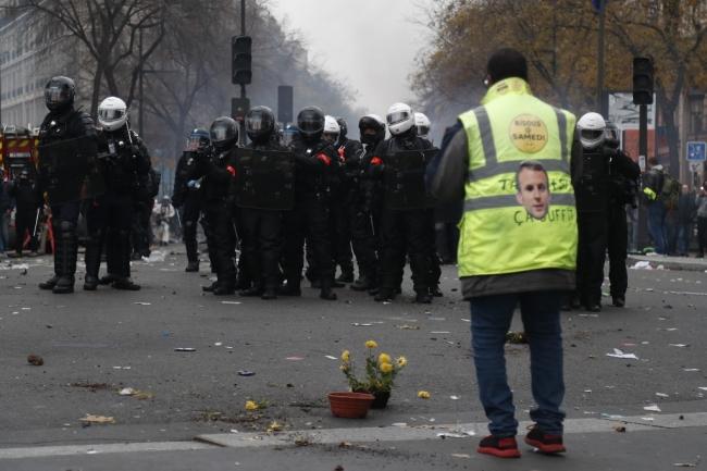 Sarı yelekli bir protestocu polisle karşı karşıya. 5 Aralık 2019, Paris. | Fotoğraf: AFP