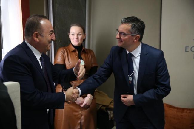 Bakan Çavuşoğlu, ikili temasları kapsamında Slovenya Başbakanı Sarec ile de görüştü.