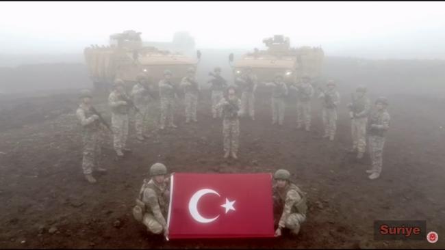 MSB'nin yayınladığı yeni yıl videosunda Suriye'deki askerlerimizin arkasında yer alan Kaplan dikkatlerden kaçmamıştı.