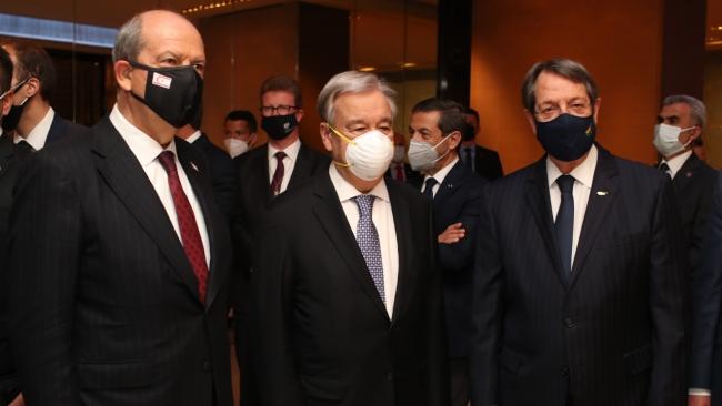 KKTC Cumhurbaşkanı Ersin Tatar (solda), BM Genel Sekreteri Antonio Guterres (ortada) ve Kıbrıs Rum Kesimi Lideri Nikos Anastasiadis (sağda)   Fotoğraf: AA