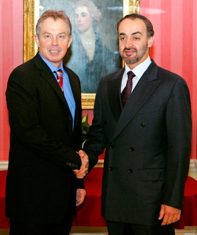 Muhammed bin Zayed, eski İngiltere Başbakanı Tony Blair ile el sıkışıyor, 17 Ocak 2006. Fotoğraf: Getty