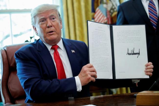 ABD Başkanı Donald Trump, 24 Haziran 2019'da Beyaz Saray'da imzaladığı ve İran'a yeni yaptırımlar getiren kararı gösteriyor. Fotoğraf: Reuters