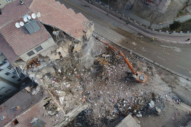 Elazığ'daki depremde yıkılan binalar yapıların güvenliği konusunu bir kez daha gündeme taşıdı.